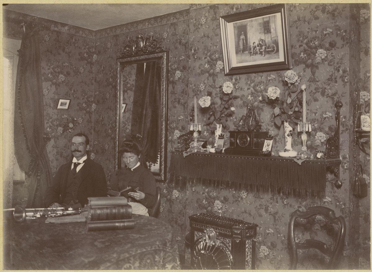 La photographie montre la chambre à coucher d'un logement du Familistère