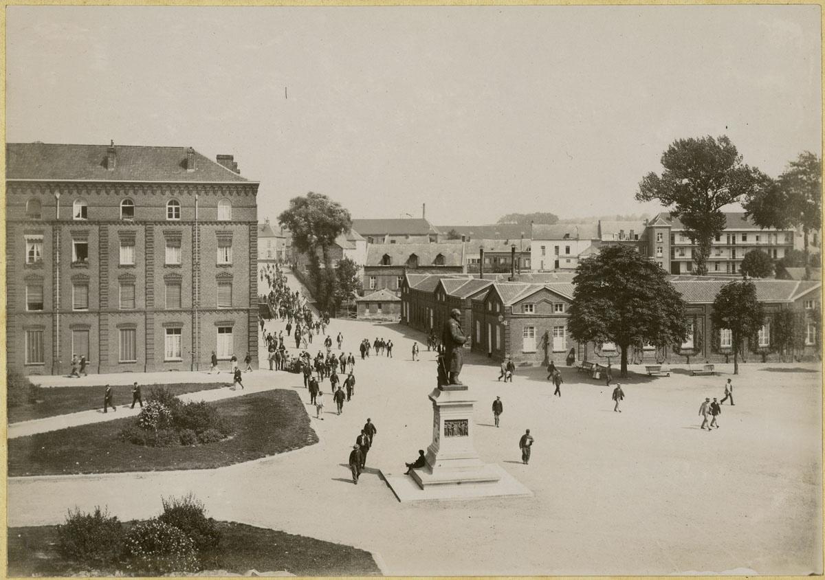 La photographie montre une sortie de l'usine du Familistère