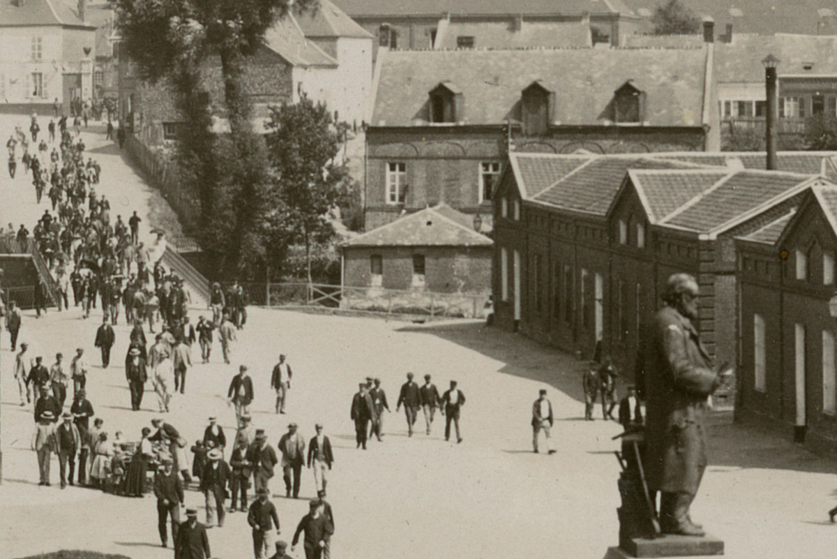Détail de la photographie montrant la sortie d'usine du Familistère