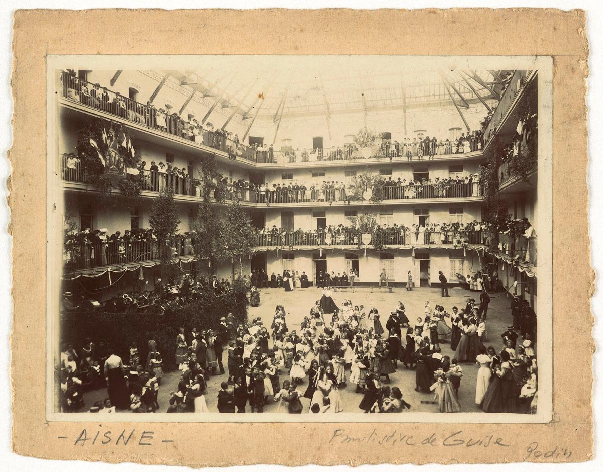 LA photographie montre un bal dans la cour du pavillon central.