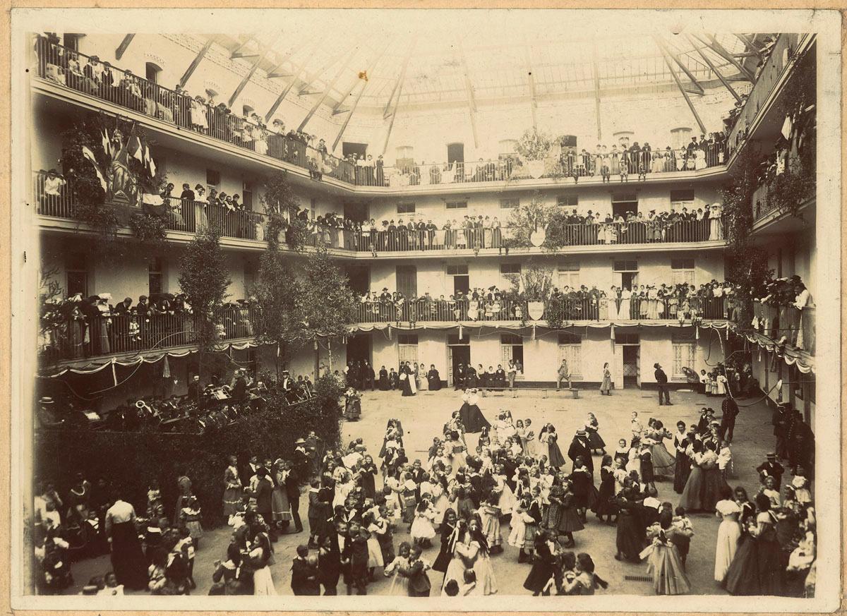 La photographie montre un bal dans al cour du pavillon central