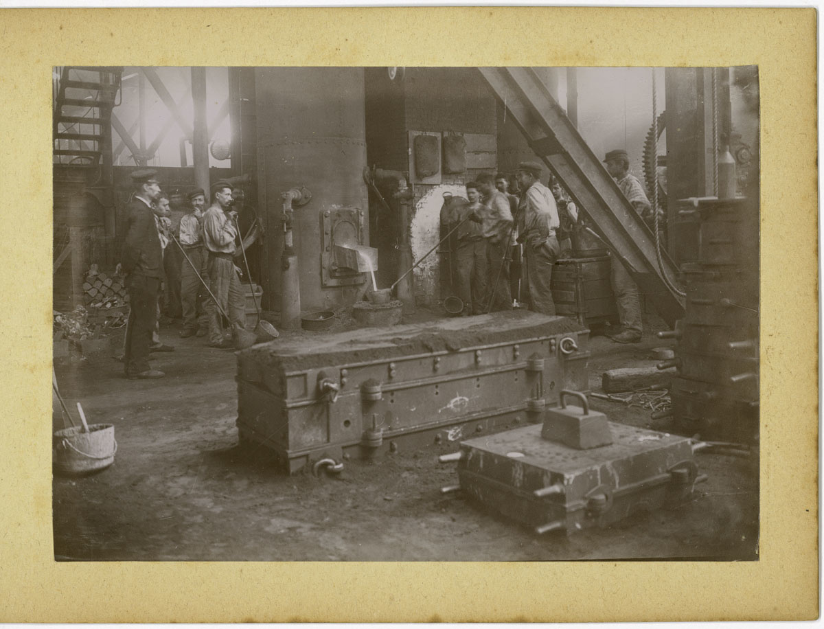 La photographie montre une coulée de fonte dans la fonderie.