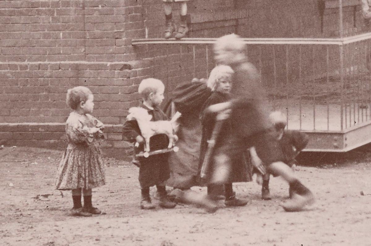 Détail de la photographie des écoles du Familistère