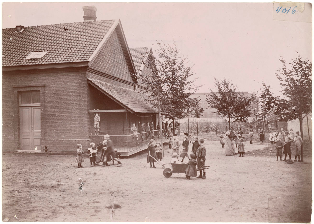La photographie montre les écoles du Familistère de Laeken