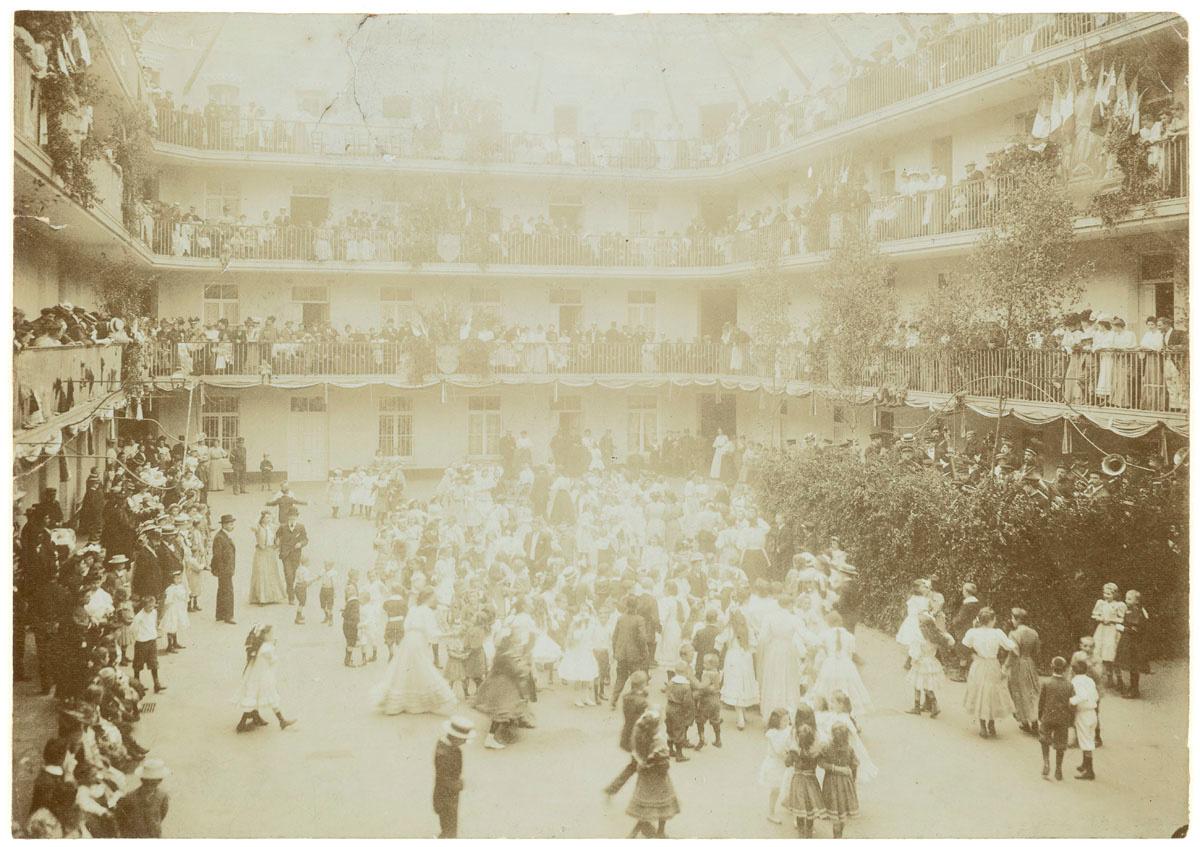LA photographie représente le bal des enfants dans la cour du pavillon central