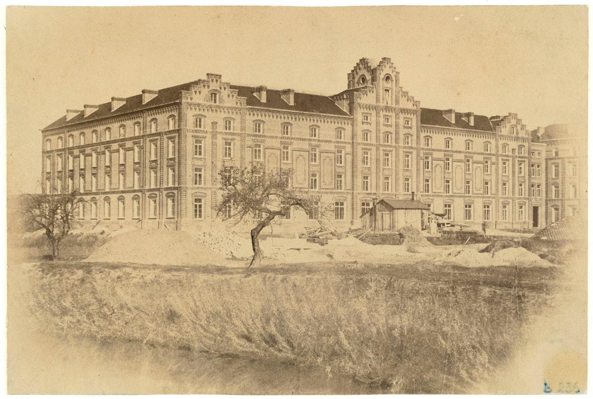 La photographie montre le pavillon central en chantier
