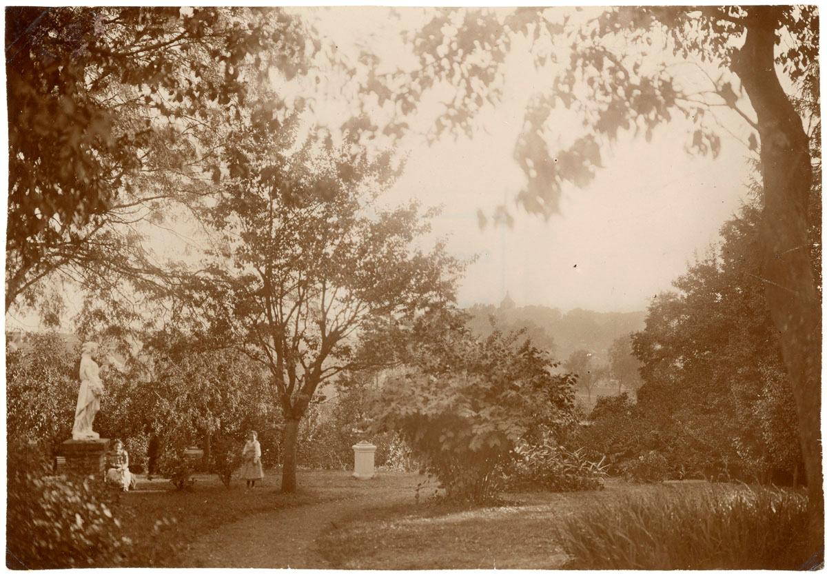 La photographie montre une partie du jardin du Familistère