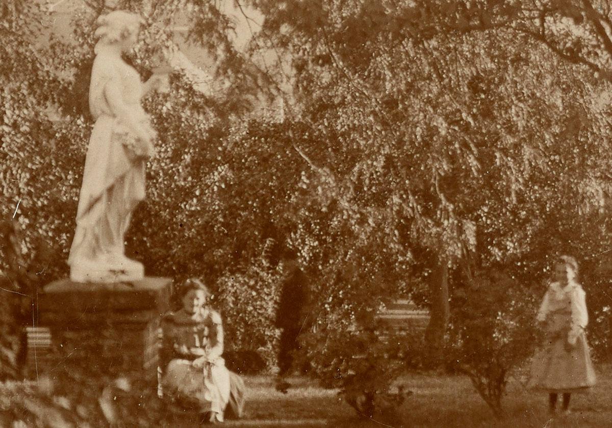 Détail de la photographie du jardin du Familistère avec une statue.