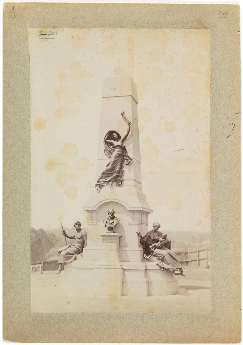 La photographie montre le mausolée de Godin de face.