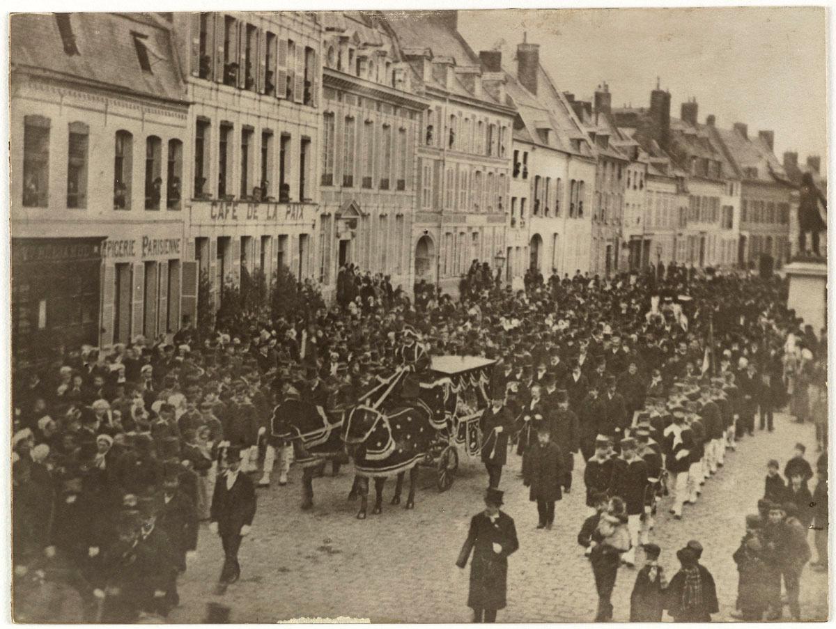 La photographie montre le convoi funèbre de Godin dans la ville de Guise.