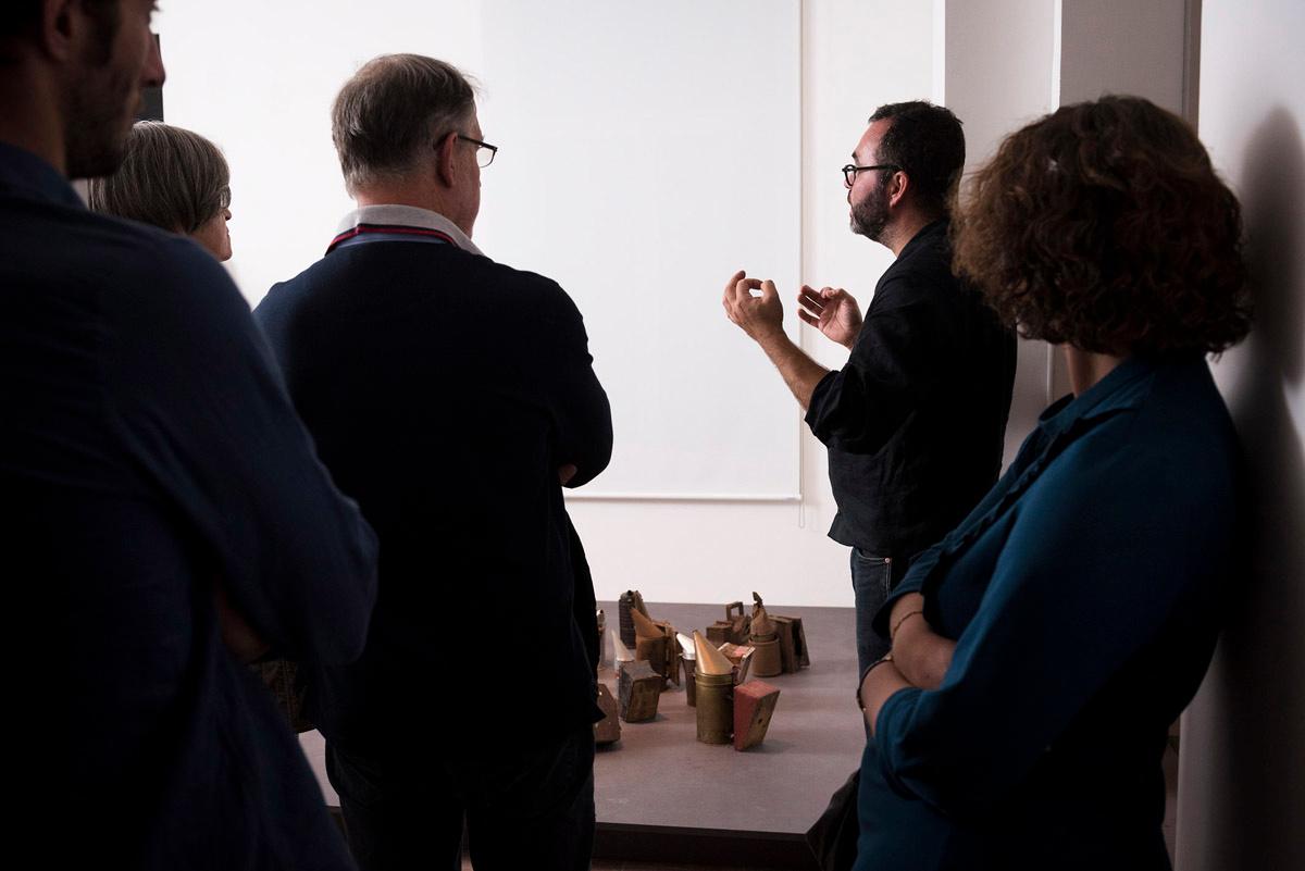 La photographie montre Olivier Darné au milieu d'auditeurs.