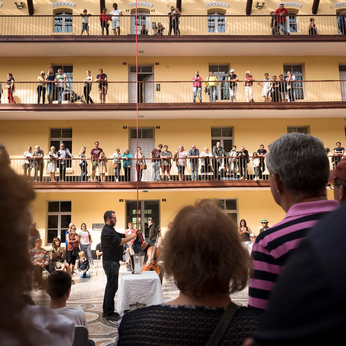 La photographie montre Olivier Darné au centre de la cour du pavillon central