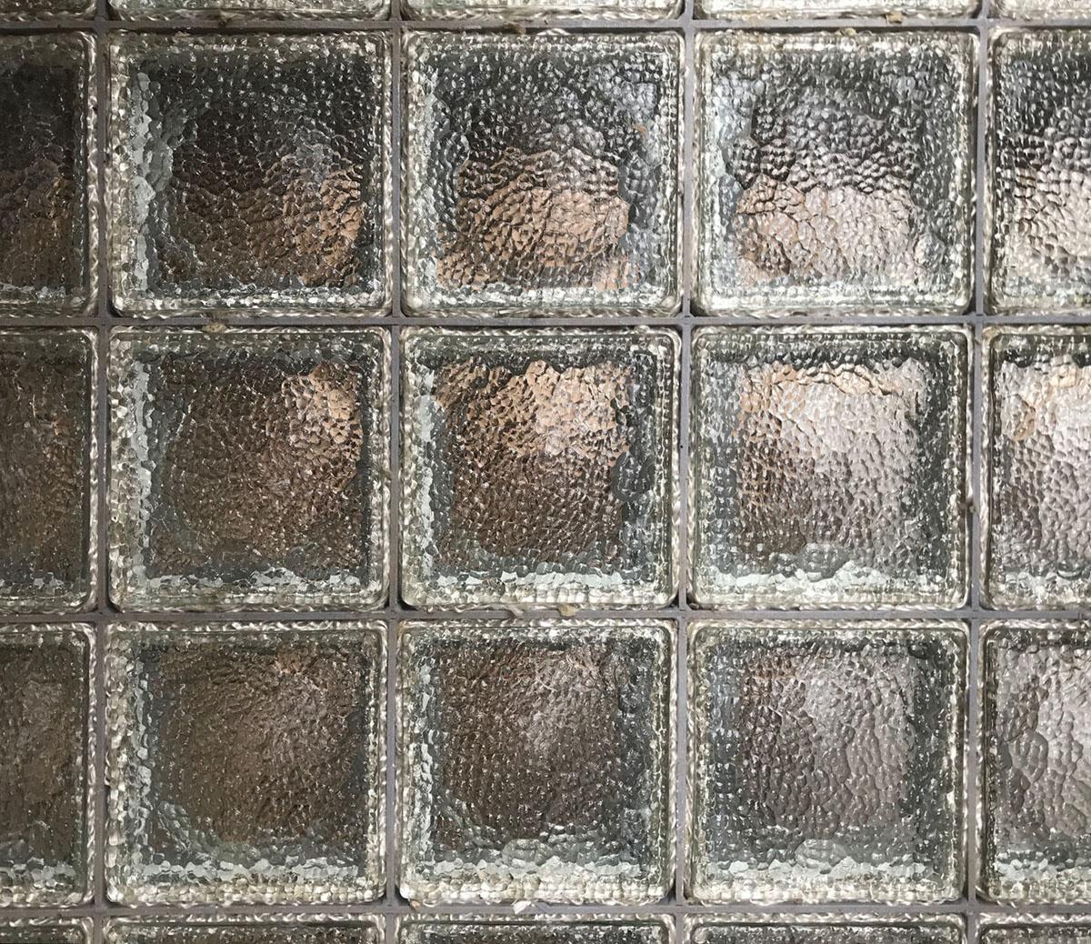 La photographie montre les pavés de verre posés sur une galerie.