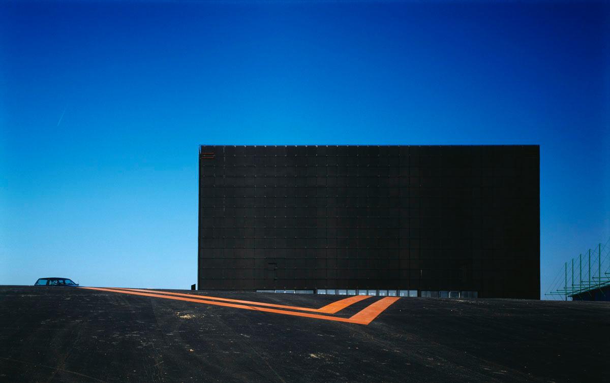La photographie montre une architecture cubique noire