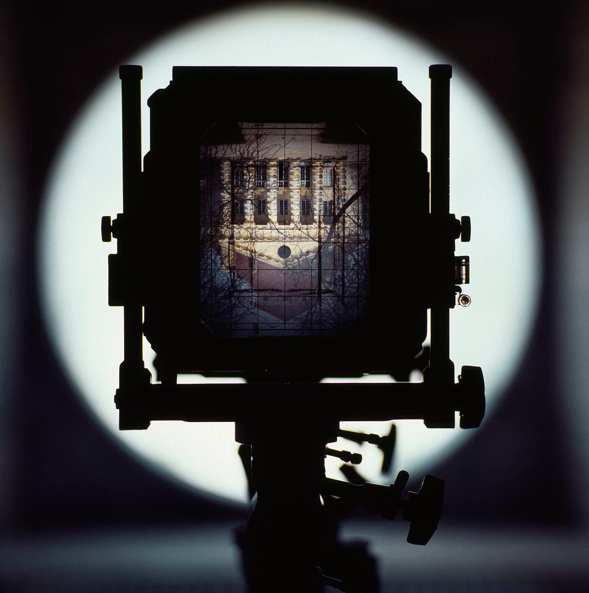 La photographie montre le verre dépoli d'une chambre photographique