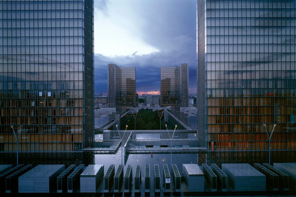 La photographie montre les tours de la Bibliothèque nationale de France.