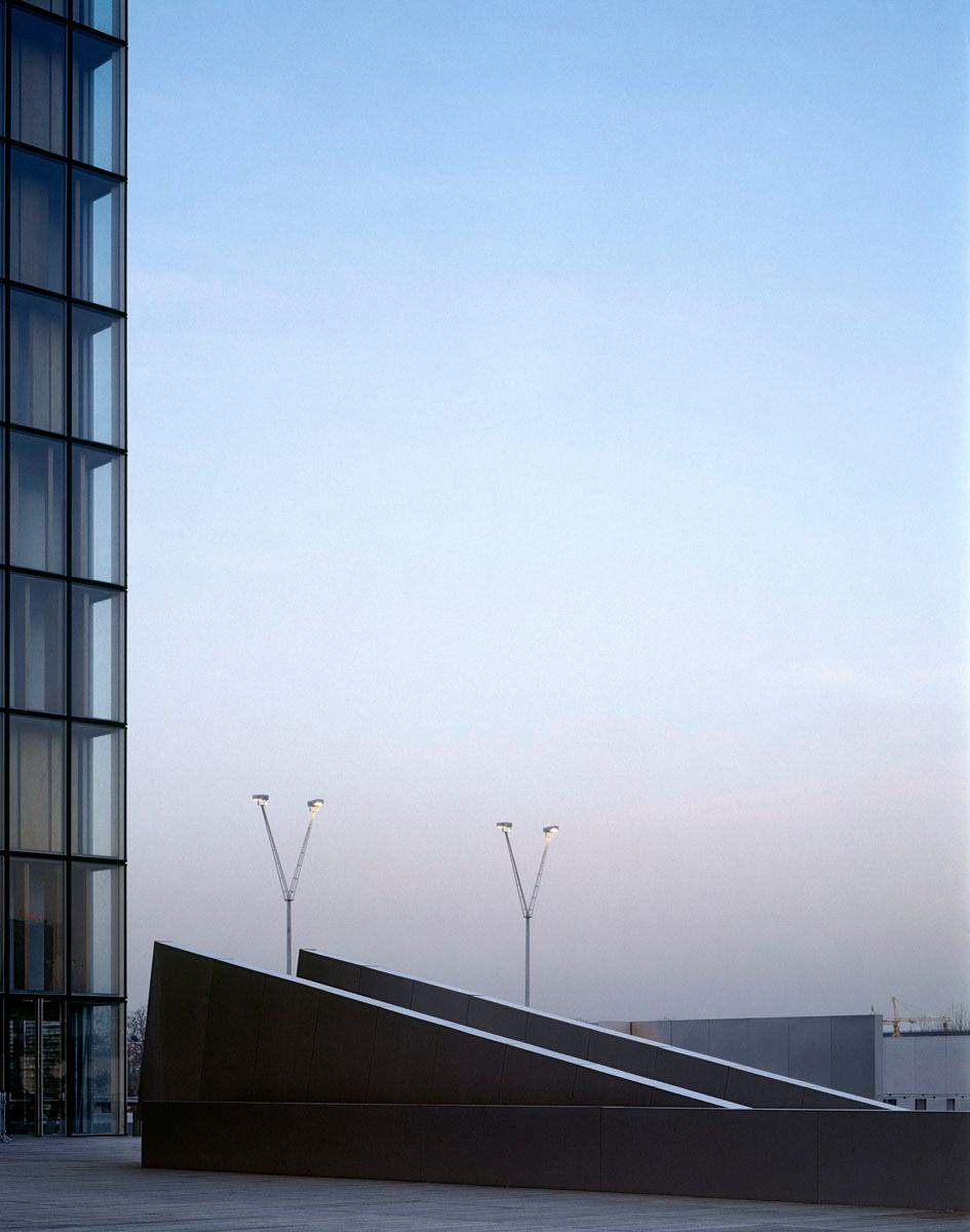 La photographie montre un escalier et une tour de la Bibliothèque nationale de F