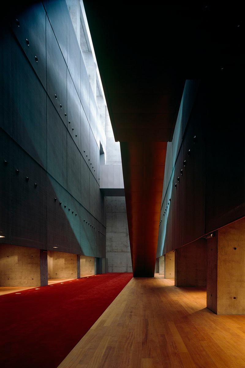 La photographie montre l'arrière d'un escalier à l'intérieur de la Bibliothèque