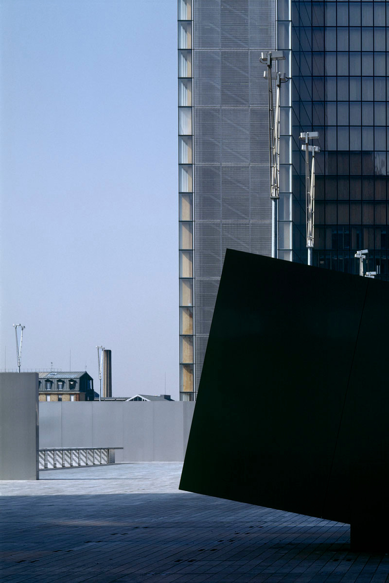 La photographie montre un escalier à l'extérieur de la Bibliothèque nationale de