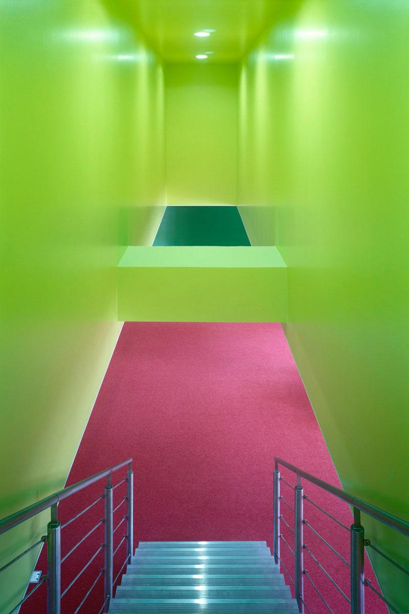 La photographie est une vue plongeante sur l'escalier de la bibliothèque.