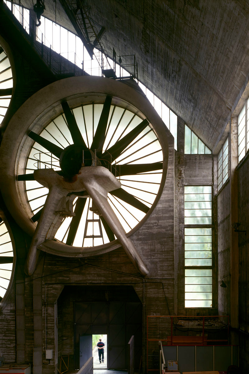 La photographie montre une partie des turbines de la soufflerie.