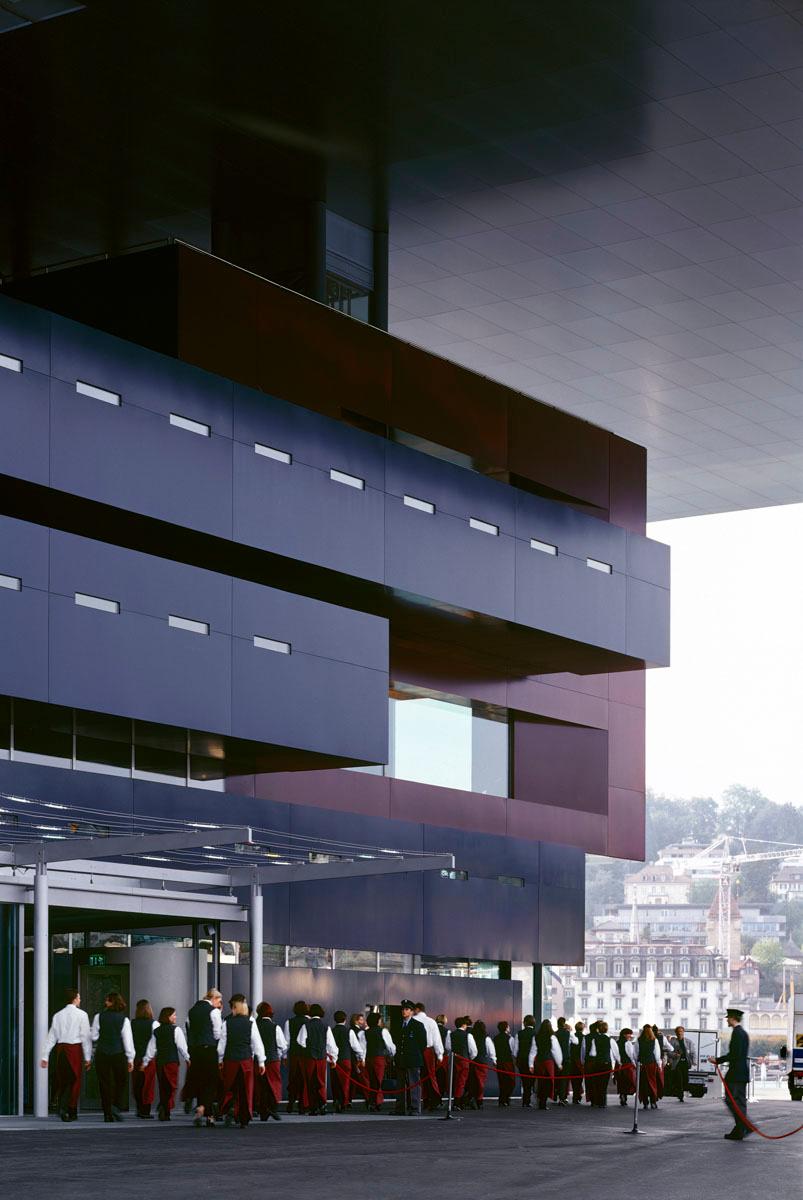 La photographie montre l'extérieur du bâtiment avec des choristes
