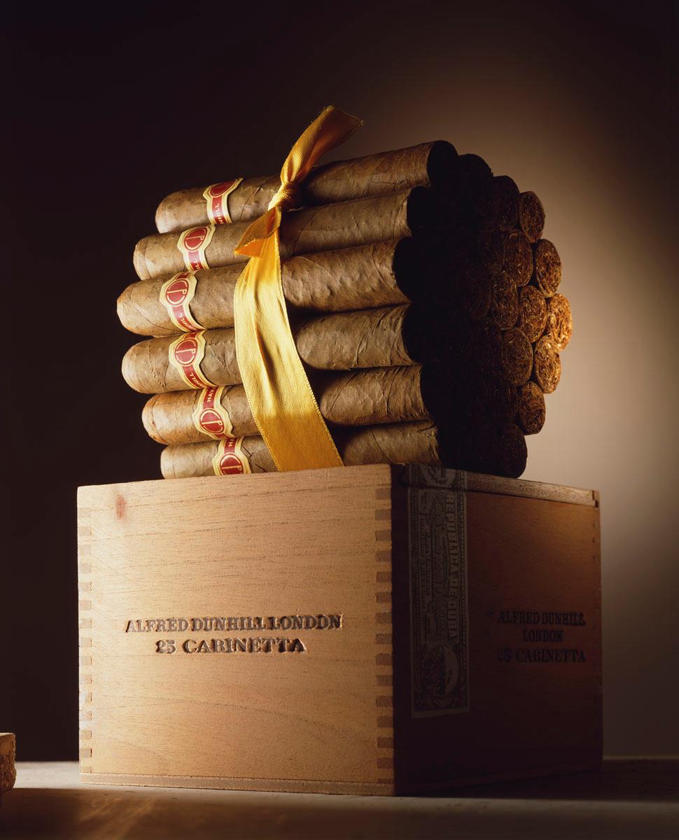 La photographie montre un paquet de cigares enrubanné.