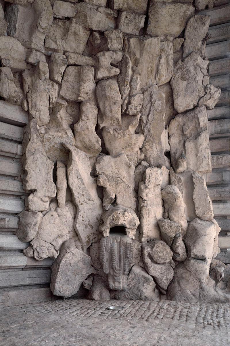 La photographie montre une partie du porche d'entrée de la saline.