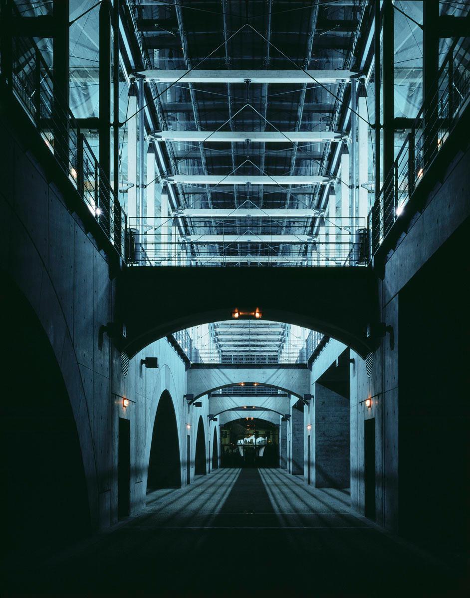 La photographie montre un couloir austère du bâtiment.