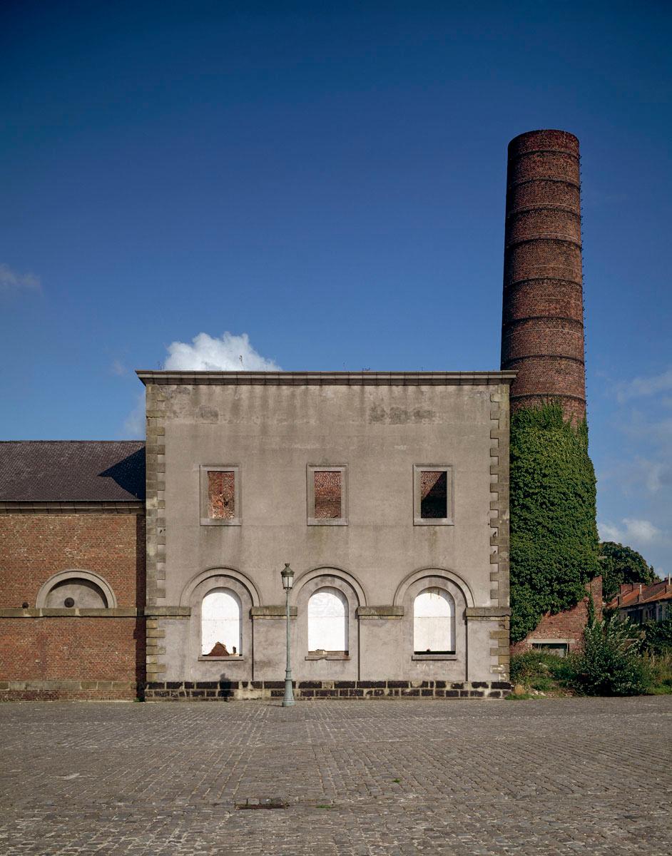 La photographie est une vue frontale d'un bâtiment abandonné.
