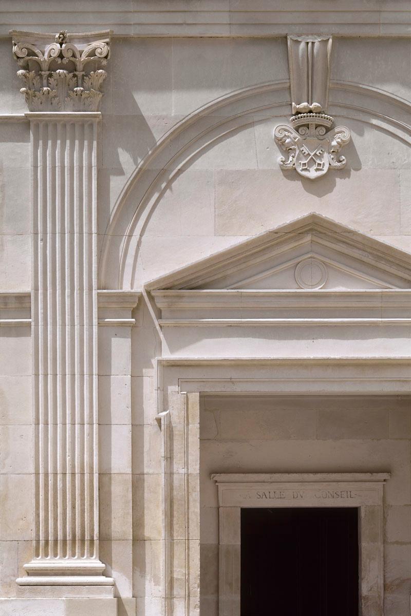 La photographie montre un élément des façades de la cour du château.