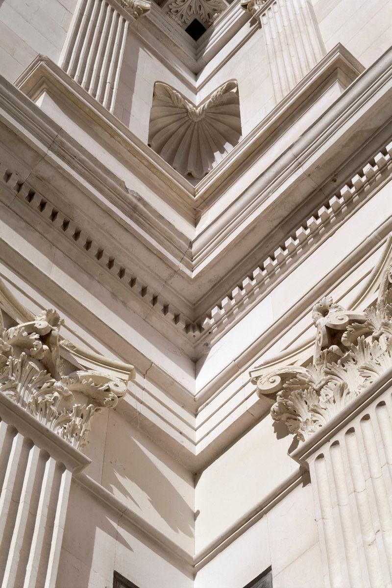 La photographie montre la modénature d'un angle de la cour du château d'Ancy-le-