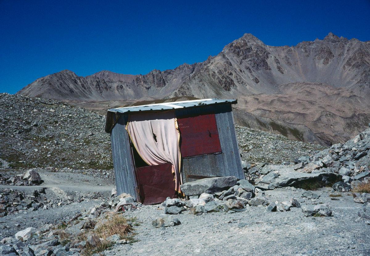 La photographie montre une cabane dans une moraine de glacier.