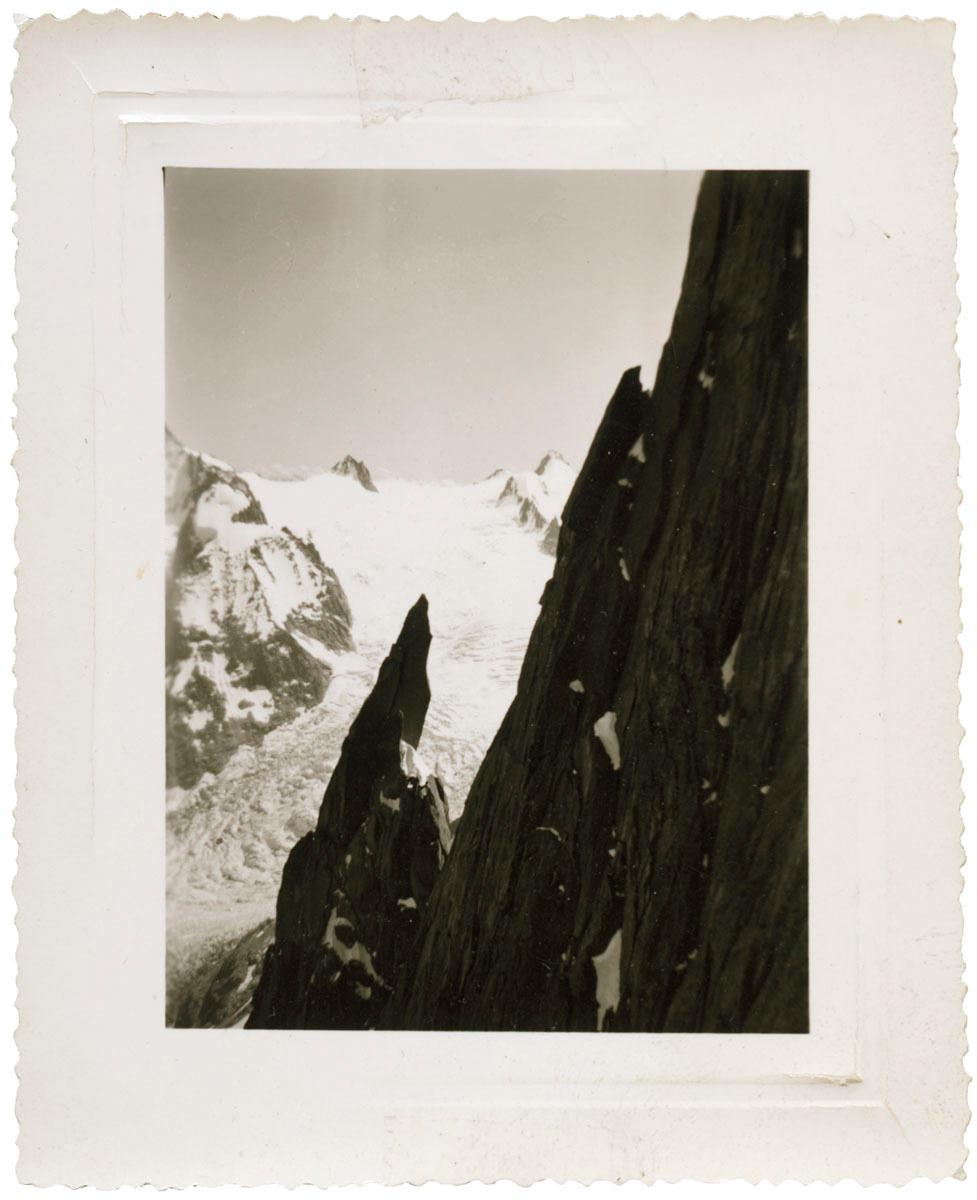 La photographie est un paysage de montagnes enneigées.