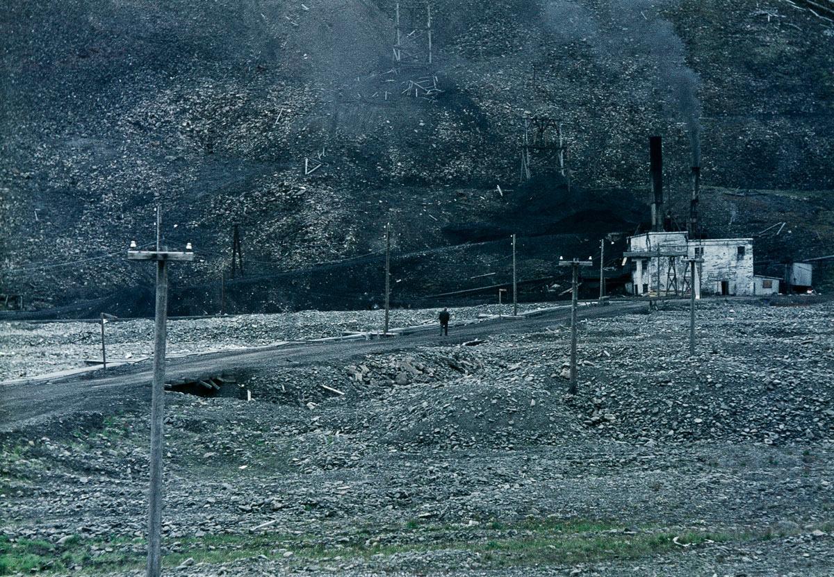 La photographie montre un paysage désolé du Spitzberg.