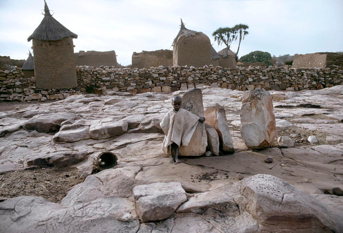 La photographie montre un village de maisons en terre.