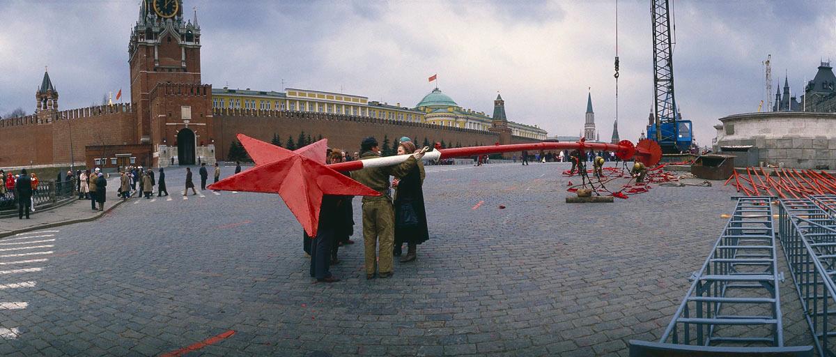 La photographie montre les préparatifs du Premier mai devant le Kremlin