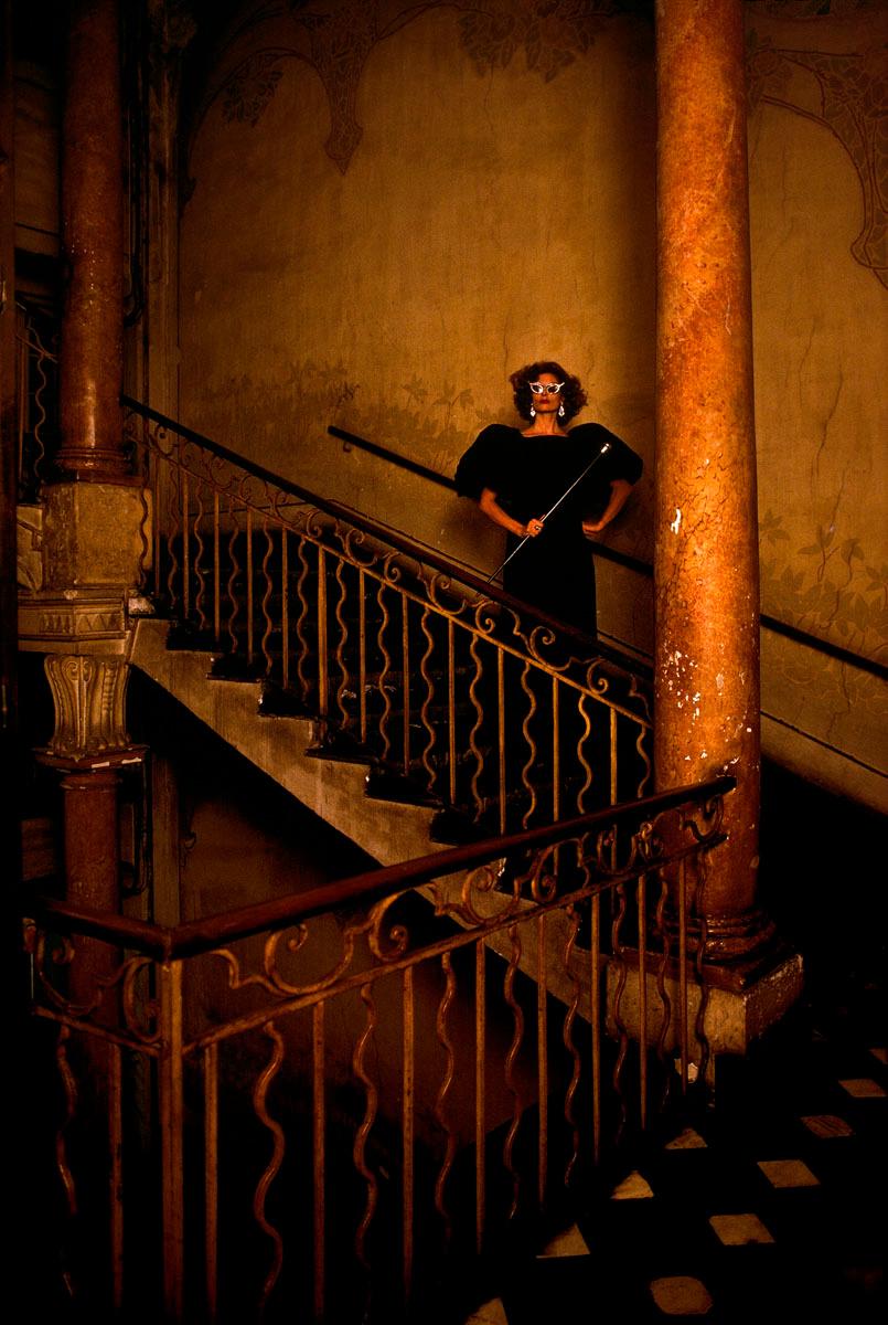 La photographie montre une femme dans un escalier.