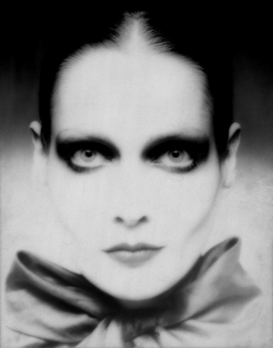 La photographie montre une tête de femme maquillée.