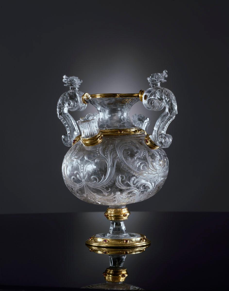 La photographie montre un vase en cristal.