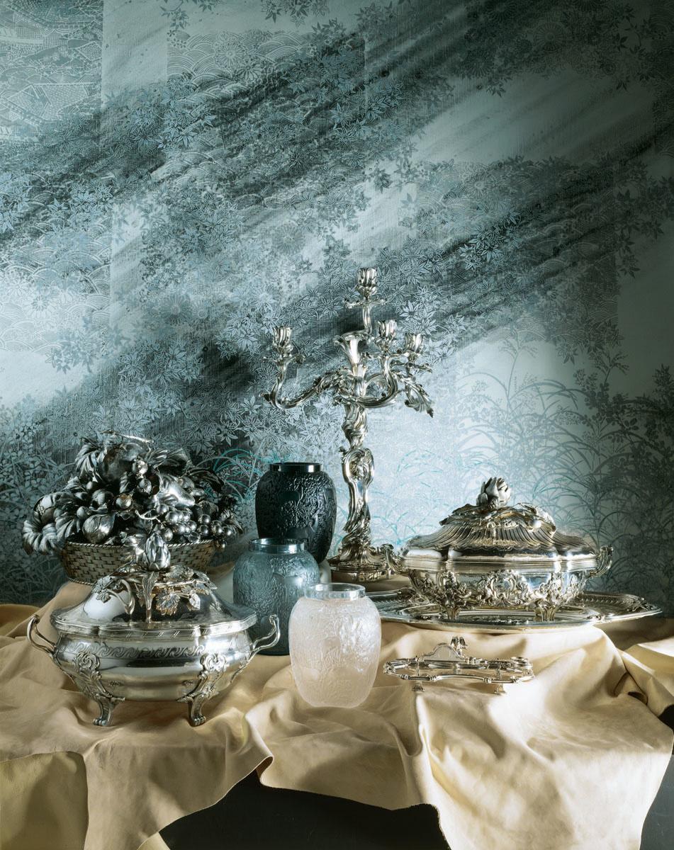 La photographie est une nature morte composée de verres et de pièces d'orfèvreri