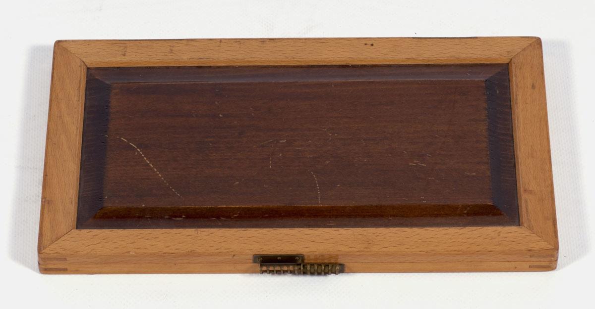 Deux ardoises sont enchâssées dans deux cadres en bois vernis articulées par des