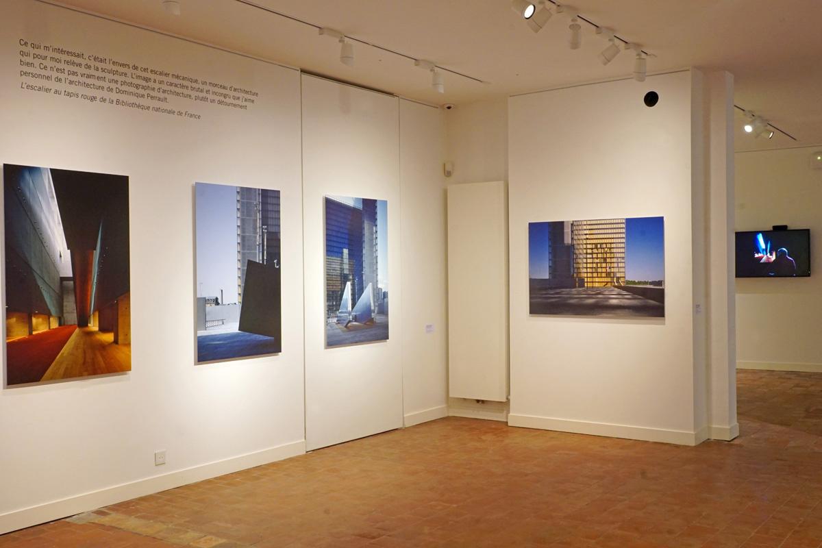 La photographie est une vue de la première salle de l'exposition.