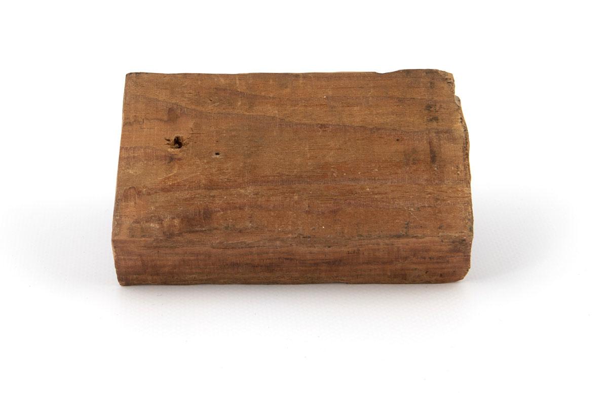 Vue du revers de la plaque de bois sur laquelle sont fixées les matrices.
