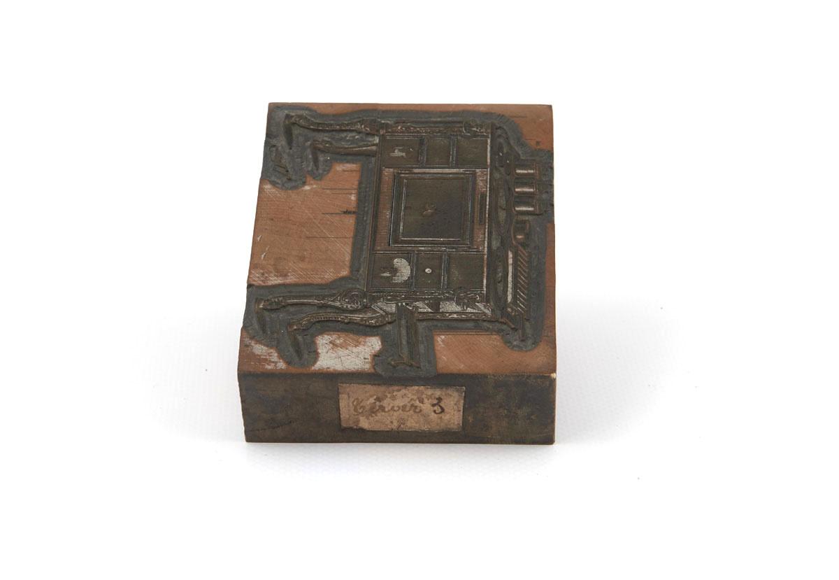 Vue de la tranche droite de la matrice sur laquelle est collée une étiquette.