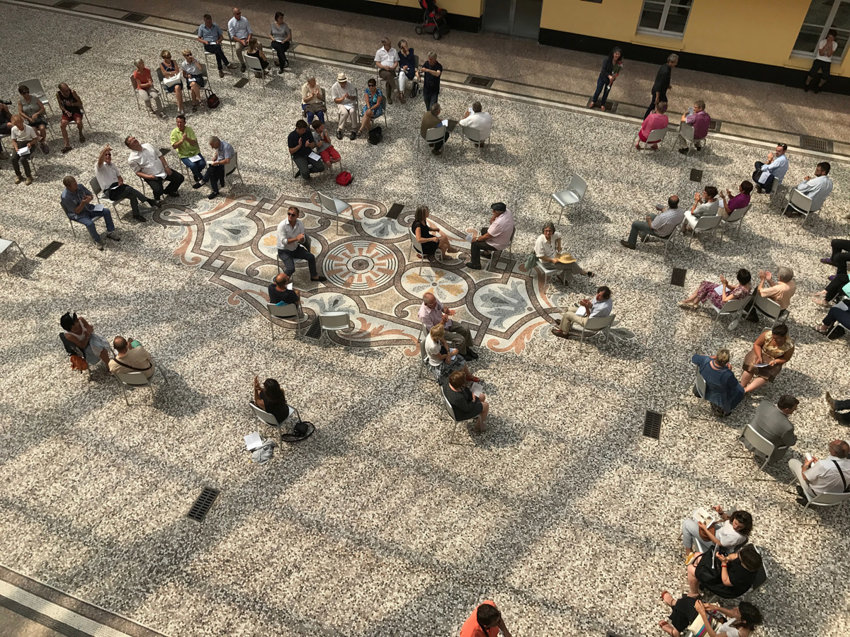 La photographie est une vue plongeante sur des gens assis sur des chaises dans l