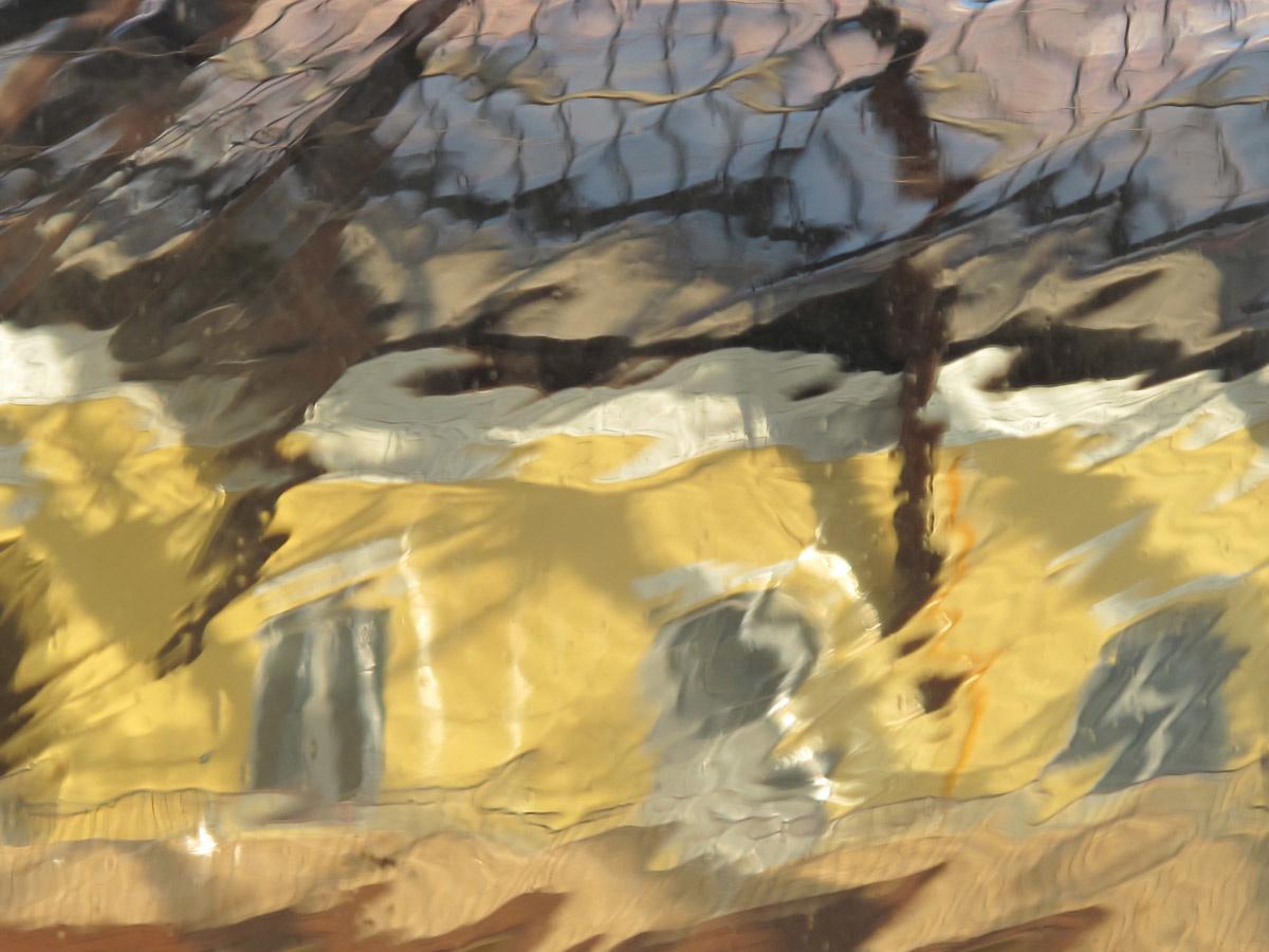 La photographie est une vue de la cour, déformée, à travers le verre d'une fenêt