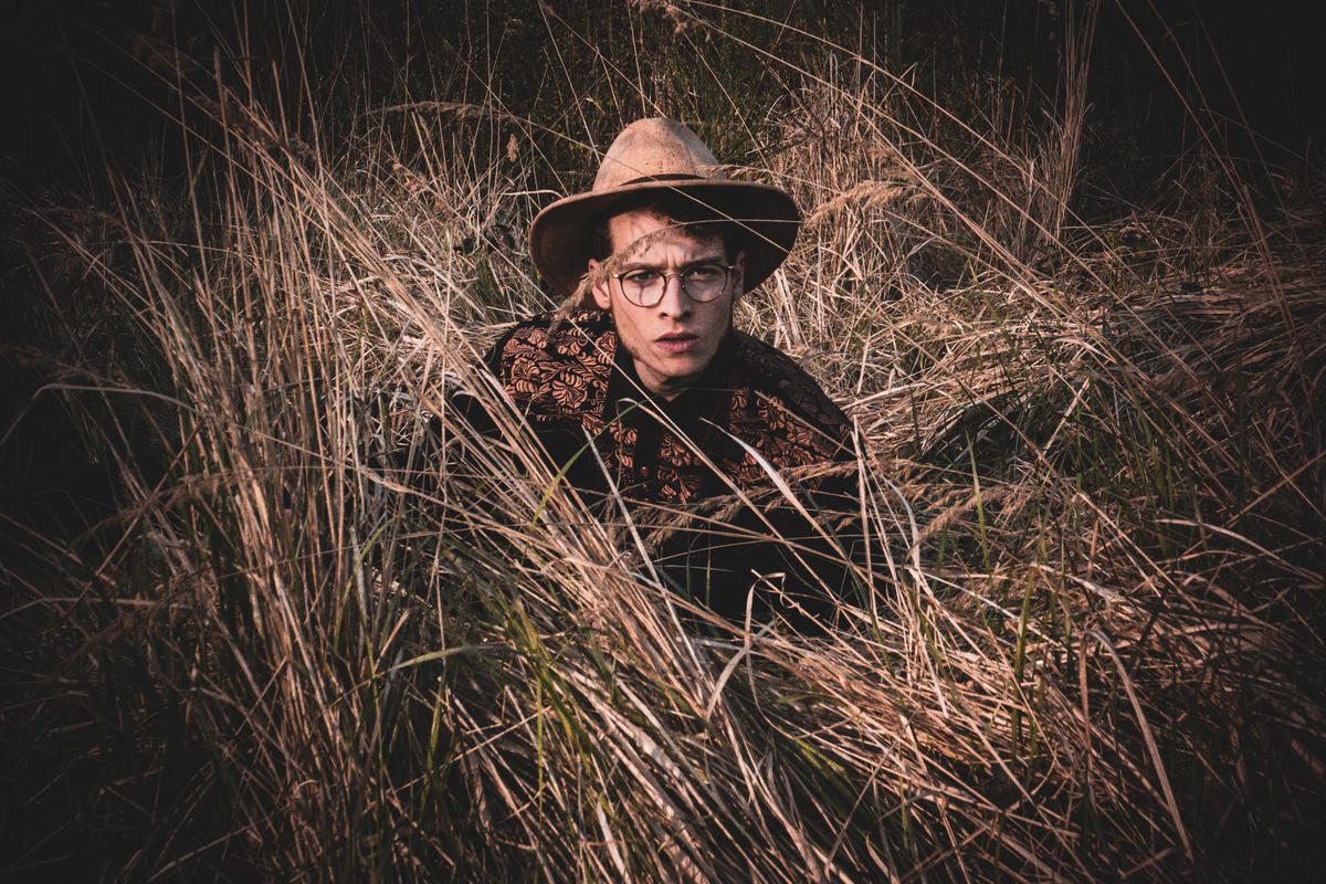 Homme dans les herbes hautes