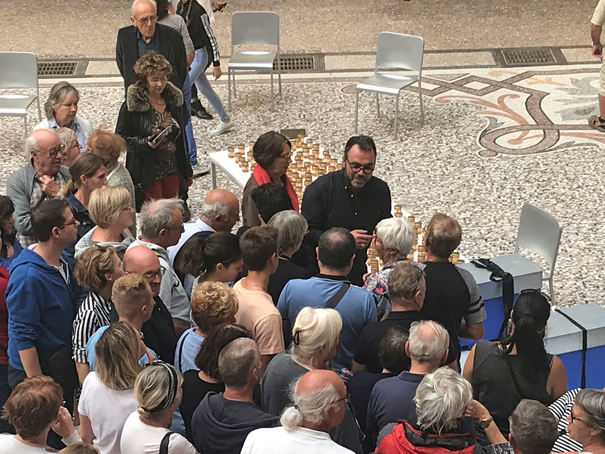 La photographie montre Olivier Darné au milieu de la foule.