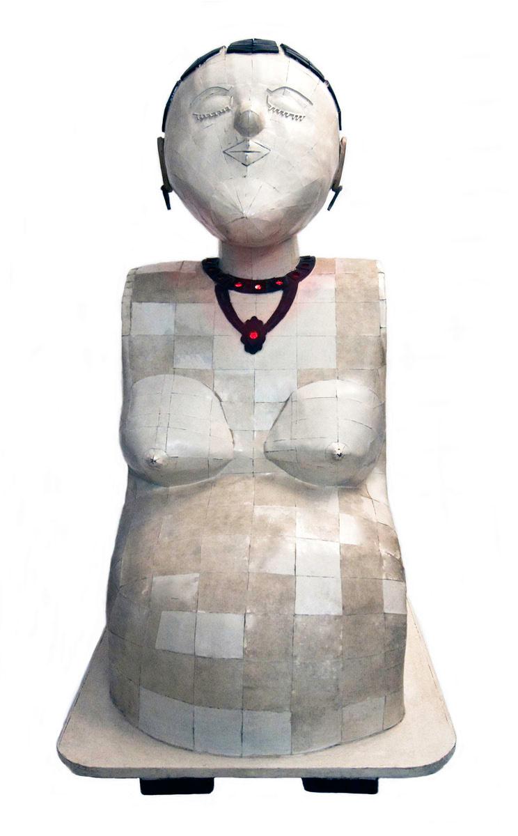Vue de face d'une statue d'une femme enceinte